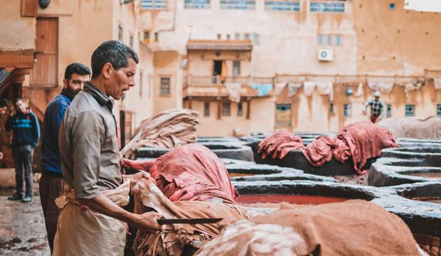 Los curtidores de Fez retiran minuciosamente todo resto de carne o pelo que pueda quedar adherido