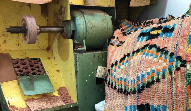 Los artesanos cosen con retales las babuchas boucharoite de Calla Haynes