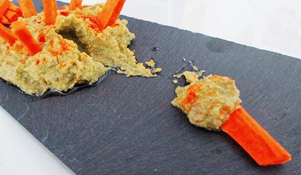 Comiendo una bissara o baisara, aderezándola con palitos de zanahoria. A veces es denominada como byessar