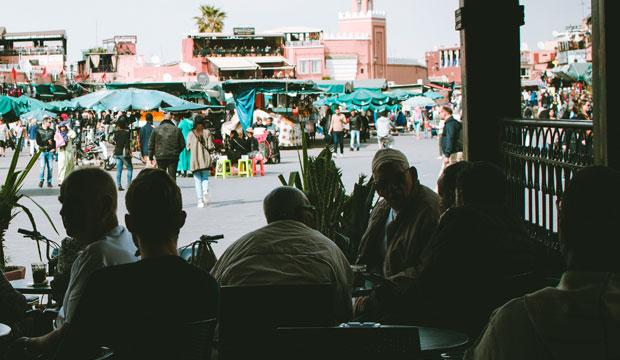 En cualquier terraza en Marruecos la conversación discurre como en el hafa cafe en Tánger