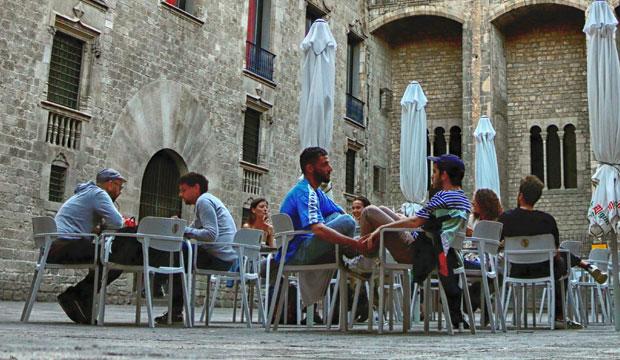 En una terraza en España la conversación discurre diferente al cafe Hafa en Tánger